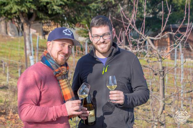 Santé: Martin Porret (r.) und der Autor verkosten den «ersten Wein» des Jahrgangs 2018.