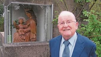 Ein beliebter Pfarrer: Den 90. Geburtstag feierte Eugen Vogel mit einem Dankgottesdienst in der Marienkirche, hier vor der Marienstatue auf dem Kirchplatz.