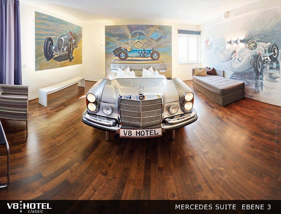 Schlafen im Auto einmal anders (Bild: v8hotel.de).