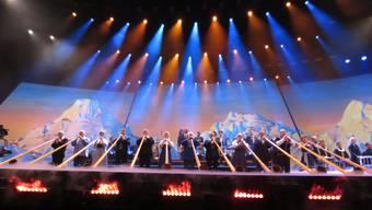 Vor dem gemalten Bergpanorama spielten die 24 Alphornisten zur Jodel-Version von «Atemlos» mit Melanie Oesch und Helene Fischer.