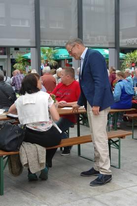Sucht den Kontakt mit den Dietikern: Stadtpräsident Otto Müller im Gespräch mit einer Festbesucherin.