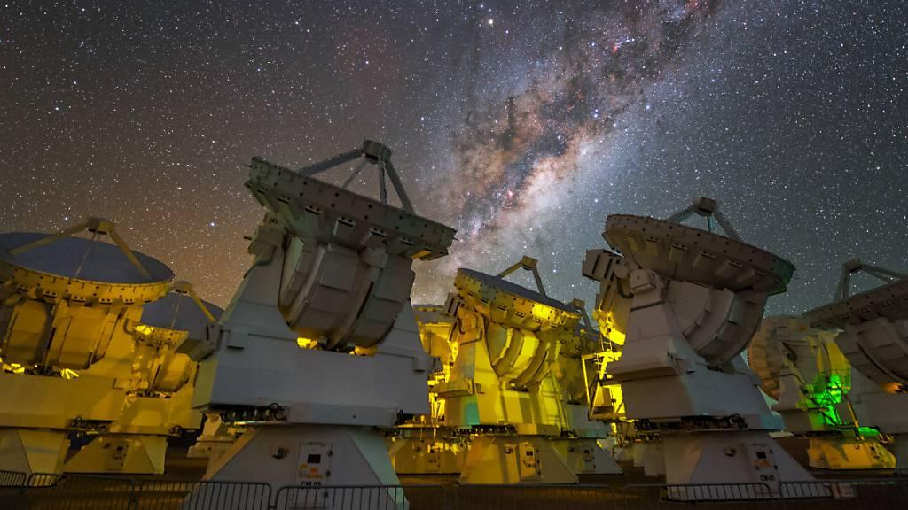 Das Riesenteleskop «Alma» in der Atacama-Wüste in Chile besteht aus 66 Präzisionsantennen. Durch Kombination von Beobachtungsdaten von Alma und dem Berner Instrument «Rosina» von der Rosetta-Mission konnten Forschende die interstellare Reise von Phosphor nachzeichnen.