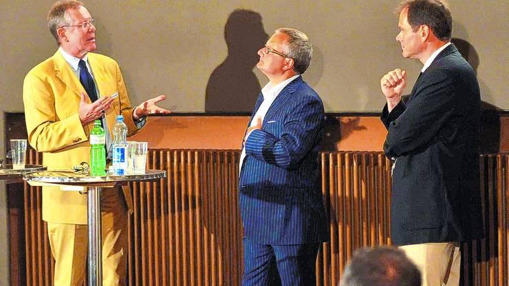 Auf dem Podium Ernst Zingg (links) und Peter Schafer (rechts) stehen Gesprächsleiter Werner De Schepper Red und Antwort.