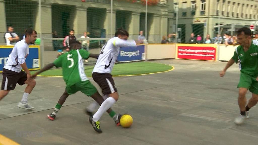 Strassenfussball auf dem Bundesplatz