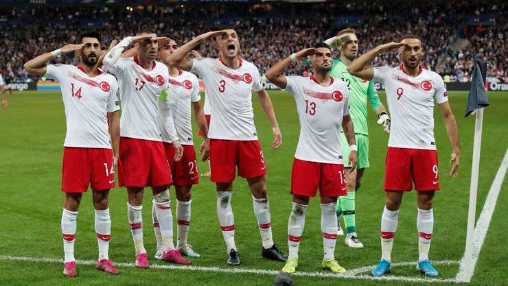 Die türkischen Spieler feiern den 1:1-Ausgleich gegen Frankreich mit dem Soldatengruss.