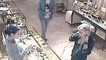 Das Bild der Überwachungskamera soll Lindsay Lohan (rechts) des Diebstahls überführen