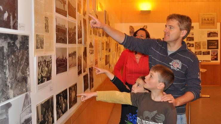 An der Ausstellung staunten nicht nur die Kinder über die alten Fotos, Zeitungsartikel, Medaillen und Erinnerungsstücke