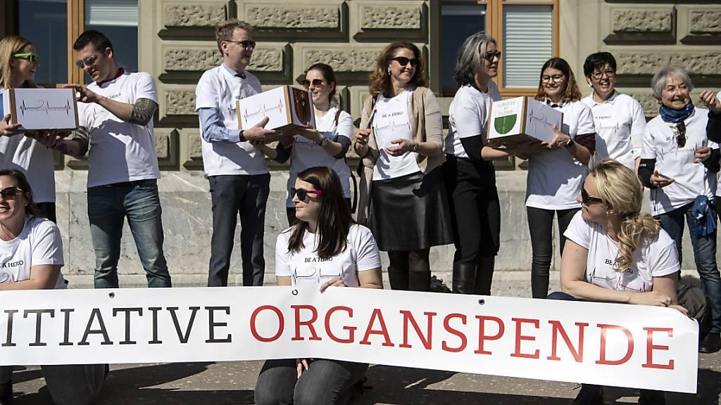 Das Jeune Chambre Internationale (JCI) hat Mitte März 2019 die Volksinitiative «Organspende fördern-Leben retten» mit rund 145'000 Unterschriften eingereicht. (Archivbild)