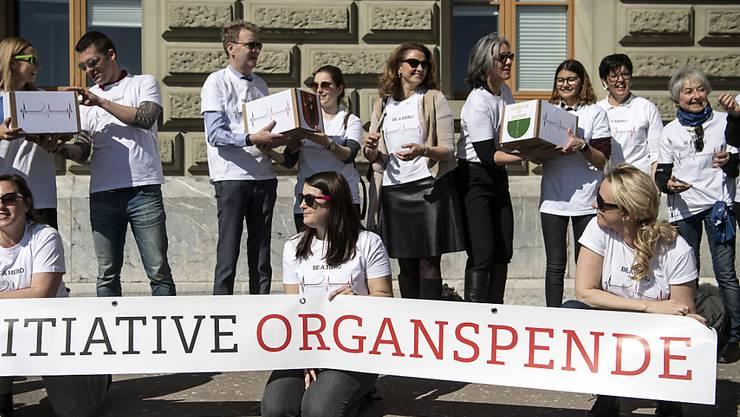 """Das Jeune Chambre Internationale (JCI) hat Mitte März 2019 die Volksinitiative """"Organspende fördern-Leben retten"""" mit rund 145'000 Unterschriften eingereicht. (Archivbild)"""
