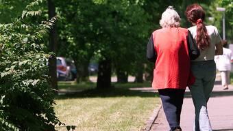 Frauen aus Osteuropa helfen in Schweizer Haushalten aus, wenn Angehörige gepflegt werden müssen.
