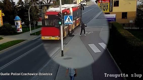 Schlechter Scherz: Mädchen schubst ihre Freundin vor einen Bus