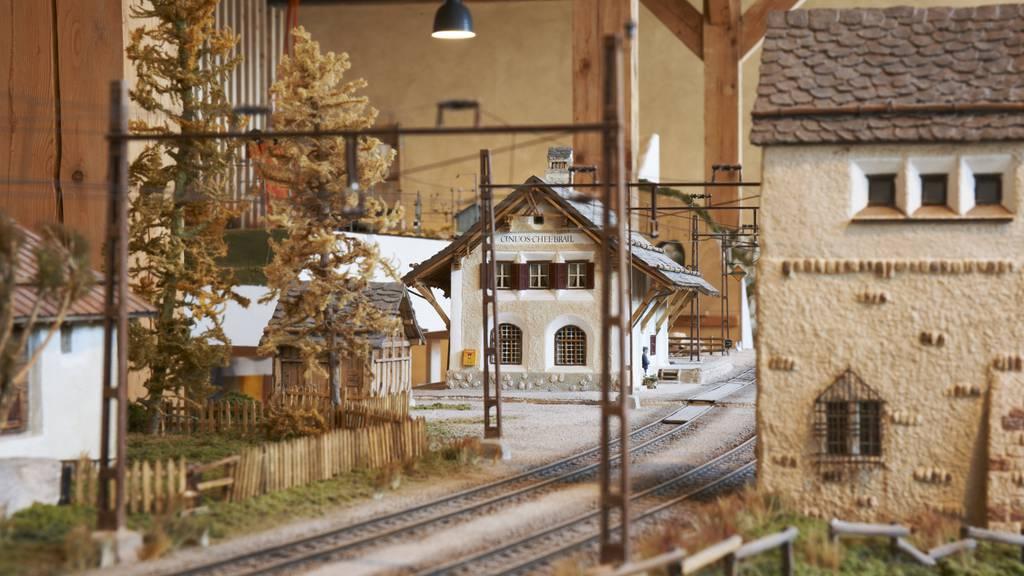 Im Bahnhmuseum Albula wird die Geschichte der Rhätischen Bahn aufgezeigt - mit multimedialen Darstellungen und einer Modelleisenbahn.