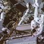 David Saint-Jacques (r,) und Anne McClain hangeln sich an der Aussenwand der ISS entlang.