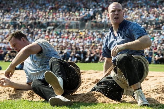 Martin Koch (ISV), rechts, freut sich ueber seinen Sieg gegen Kilian Wenger (BKSV) am Eidgenoessischen Schwing- und Aelplerfest, am Samstag, 31. August 2013, in Burgdorf. (KEYSTONE/Urs Flueeler)