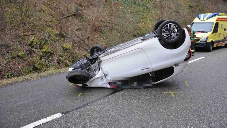 Auf der Passwangstrasse hat sich am Sonntagmorgen ein Selbstunfall mit einem Auto ereignet. Die Fahrzeuglenkerin zog sich dabei mittelschwere Verletzungen zu und musste mit einer Ambulanz in ein Spital gebracht werden.