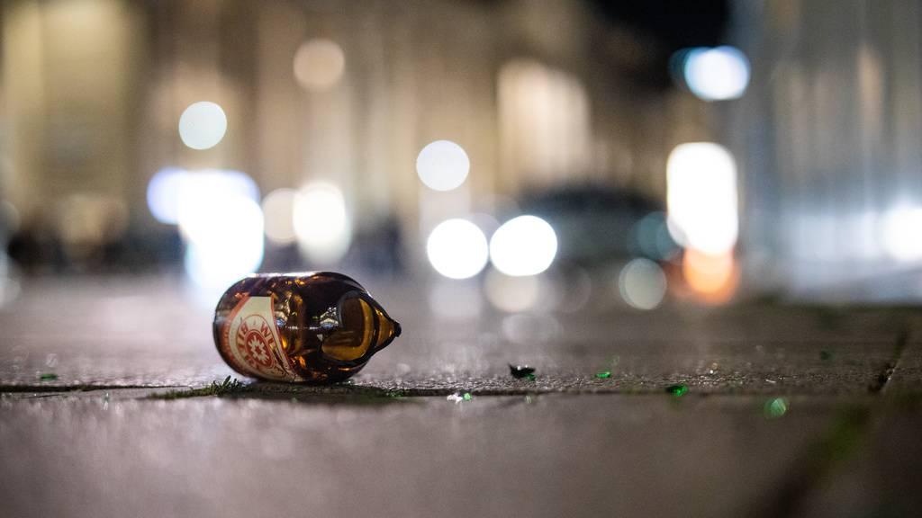 Betrunkene Jugendliche greifen mit Steinen und Flaschen Polizisten an