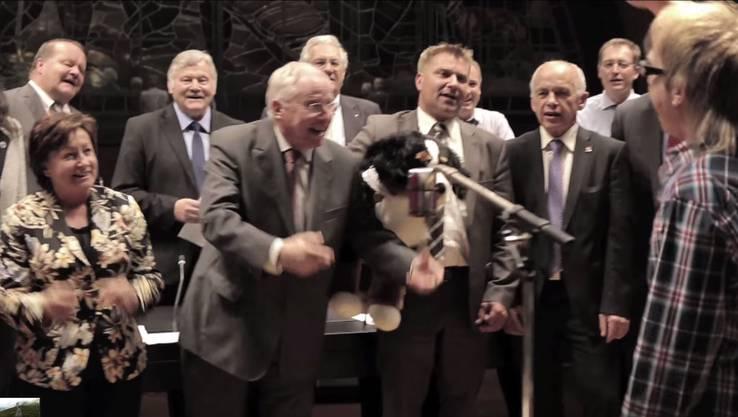 Die ganze Parteispitze tritt im Video zu «Wo e Willy isch, isch ou e Wäg» auf.