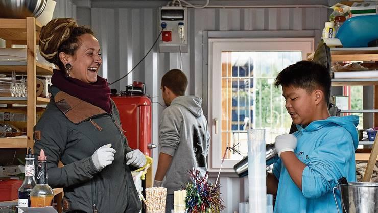 Noemi Sberze freut sich sichtlich, dass Jugendliche wie Richard Nguyen sich aktiv am Herbstprojekt der Jugendarbeit beteiligen und das Angebot genutzt wird.