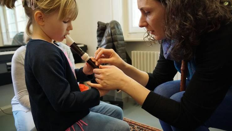 Blockflötenlehrerin Silke Gwendolyn Schulze lässt ein interessiertes Mädchen die Welt der Blockflöte entdecken.