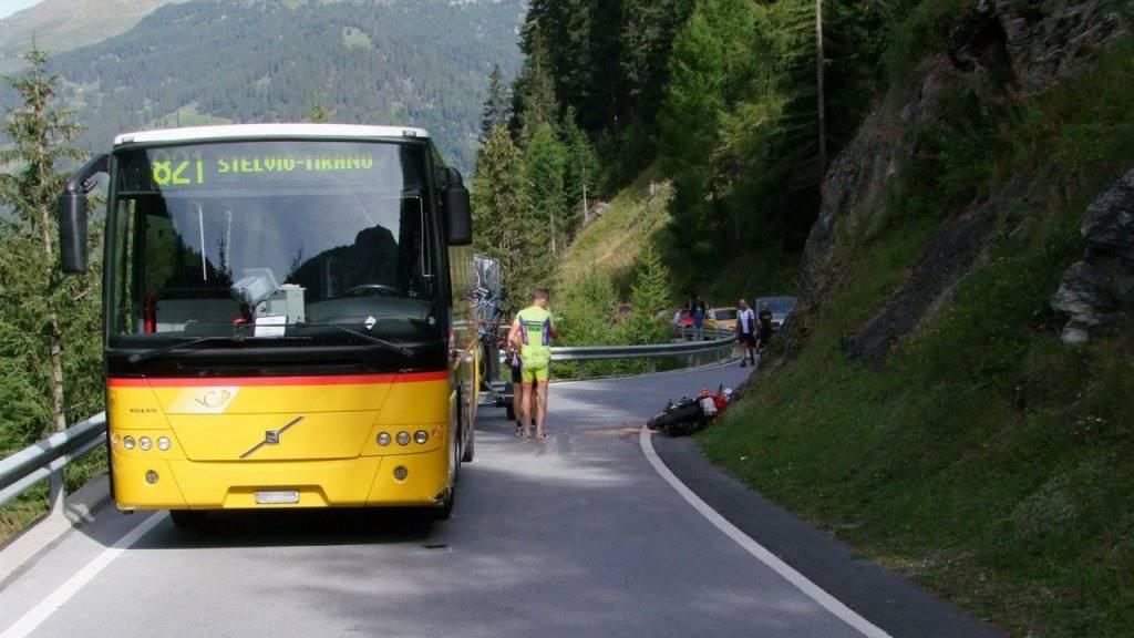 Am Samstag kollidierte am Umbrailpass eine Motorradfahrerin mit einem Postauto.