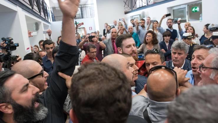 Italiens Hauptstadt Rom will seine Verkehrsprobleme mittels einer Seilbahn lindern - bei der Präsentation des Projektes war Bürgermeisterin Virginia Raggi allerdings mit heftigen Protesten konfrontiert.