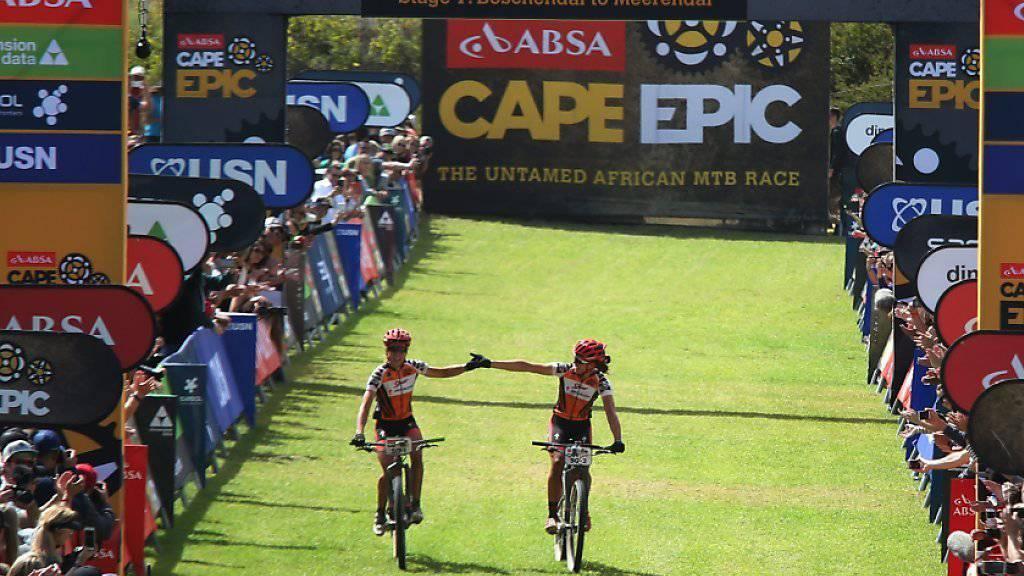 Ariane Kleinhans (rechts) und Annika Langvad treffen in Südafrika als Gesamtsiegerinnen im Ziel der letzten Etappe ein