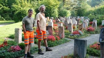 Feuerbrand auf dem Kaister Friedhof: Die Bauamtsmitarbeiter André Gertiser (l.) und Adrian Treier sind froh, dass die Bevölkerung mehrheitlich Verständnis zeigt für das verhängte Gräberpflege-Verbot auf dem Friedhof. sh