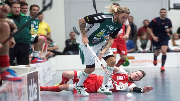Wilers Lassi Vänttinen, vorne, im Kampf um den Ball gegen  Köniz Nino Wälti, hinten.