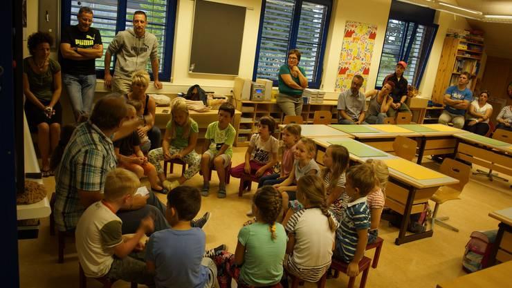 Lehrer Michael Bieri bespricht mit  seiner 1.2. Klasse in Bolken den Unterricht.