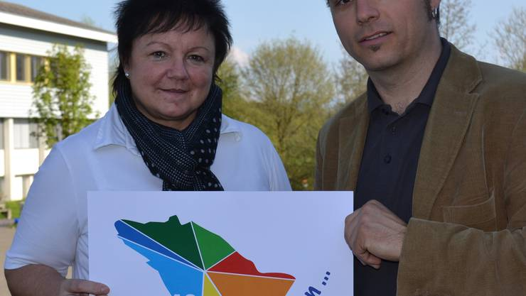 OK-Chefin Doris Stöckli und Künstler Pirmin Breu mit dem Festlogo. sl