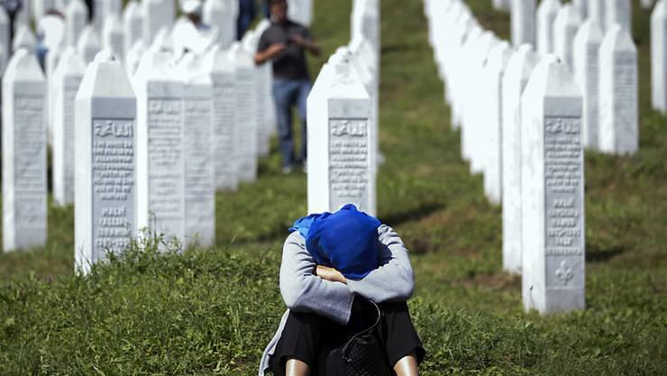 """Geben niederländischen Uno-Soldaten die Mitschuld am Tod ihrer Söhne: die """"Mütter von Srebrenica"""" auf dem Friedhof der Tausenden von serbischen Nationalisten ermordeten Muslime in Bosnien."""