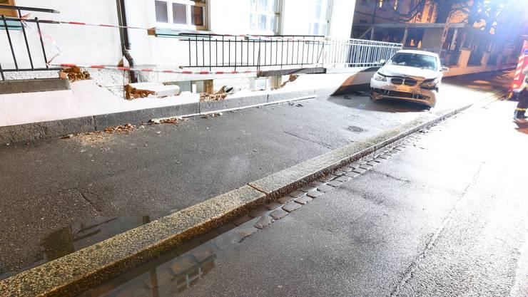 Mit seinem grauen BMW durchbohrte der Autofahrer die Mauer an der Pestalozzistrasse 22 und verursachte erheblichen Sachschaden