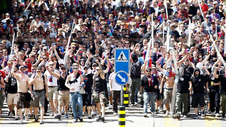 Basler Fans ziehen vom Bahnhof Altstetten auf der Hohlstrasse Richtung Letzigrund. © Moritz Hager/EQ Images