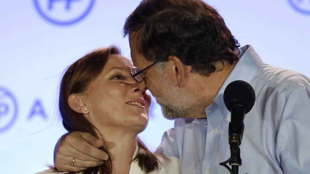 """""""Gracias"""": Spaniens geschäftsführender Premier, Mariano Rajoy, verpasst seiner Frau nach den Parlamentswahlen einen Siegeskuss."""