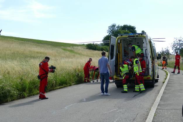 Später bringt die Ambulanz den verletzten Buben ins Spital.