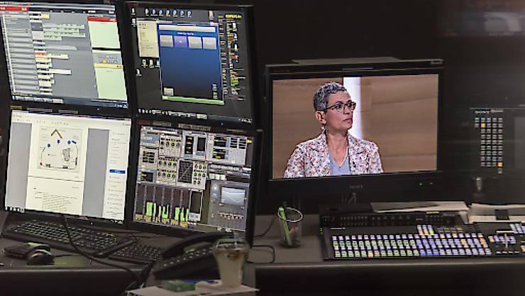 Blick in die Regie während der Aufzeichnung einer SRF-Sendung. Rund 200 Stellen sollen bei der Rundfunkanstalt in den nächsten vier Jahren wegfallen. (Archivbild)