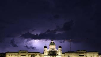 Der Nationalrat hat nichts dagegen, bis in die Nacht hinein zu arbeiten. Er hat einen Ordnungsantrag der SVP abgelehnt.