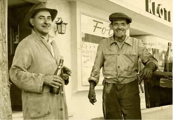 Legte 1934 in Rothrist den Grundstein, Firmengründer Ulrich Johann Giezendanner (l.) mit seinem ersten Chauffeur.