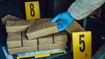 Der Beschuldigte hat laut Anklageschrift Betäubungsmittel besessen, veräussert oder befördert (Symbolbild Drogenschmuggel).