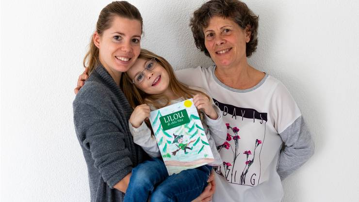Die Frauen hinter «Lilou, di chli Häx»: (v.l.) Autorin Dominique Weber, Zoe und ihr Grosi Caroline Weber.