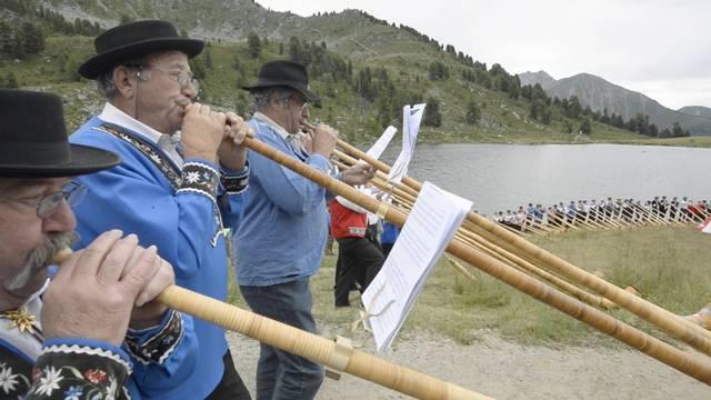 Harmonisch: 200 Alphornbläser und 28 Fahnenschwinger geben am Bergsee auf der Alp Tracouet ihr Bestes.
