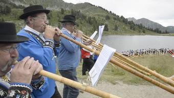 Nendaz - 26.07.15 - 200 Alphornbläser und 28 Fahnenschwinger stellen sich um den Bergsee auf der Alp Tracouet - Am 14. internationalen Alphornfestival in Nendaz wird der 200. Jahrestag des Beitritts des Wallis' in die Eidgenossenschaft gefeiert.