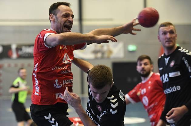 TVE-Rückraumspieler Leonard Sudzum wird von seinem Gegenspieler hart angegangen.