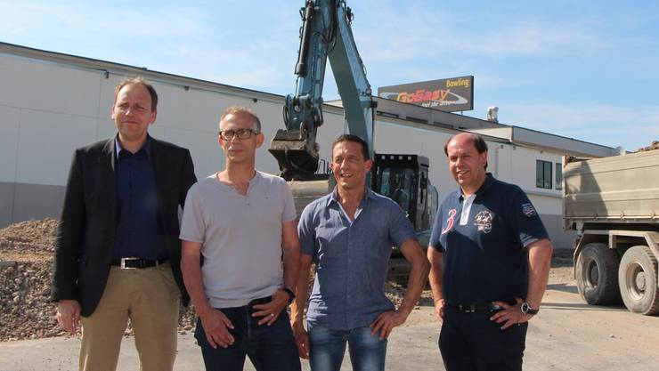 Rechts neben ihm: Michael Back, Renato Rigo (beide Sportzentrum Leuggern) und Beat Anliker, Mehrheitsaktionär und Verwaltungsratspräsident der «GoEasy Freizeit & Event.