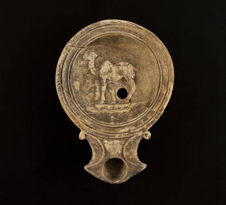 Die Öllampe mit der Darstellung eines Kamels kam im Legionslager Vindonissa zum Vorschein.