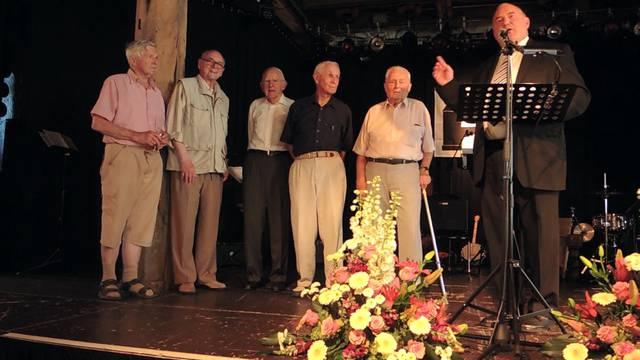 Stadtammann Daniel Moser holt die Pioniere aus dem Jahr 1966 auf die Bühne.