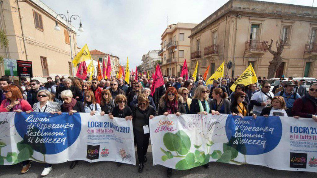 Zehntausende Italiener demonstrieren in der süditalienischen Kleinstadt Locri gegen die Mafia. Sie gedachten dabei auch der Opfer des organisierten Verbrechens.