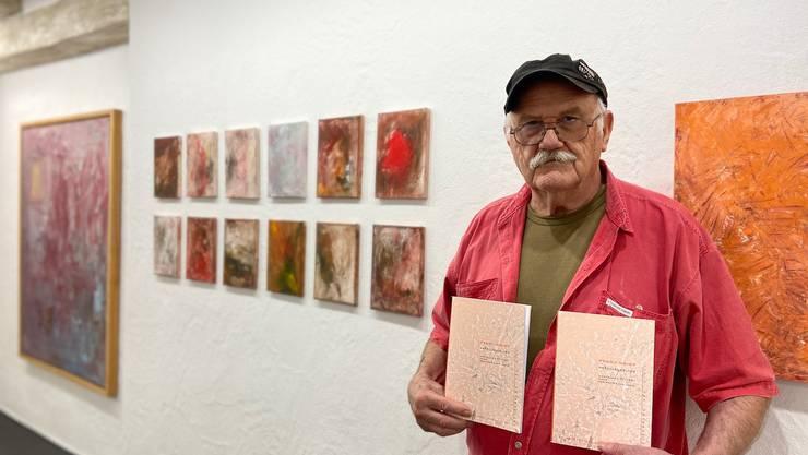 Pedro Meier mit der Publikation zur Ausstellung.