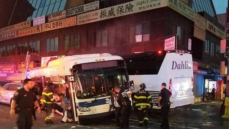 Die beiden Busse stiessen auf einer Kreuzung im New Yorker Stadtteil Queens zusammen.