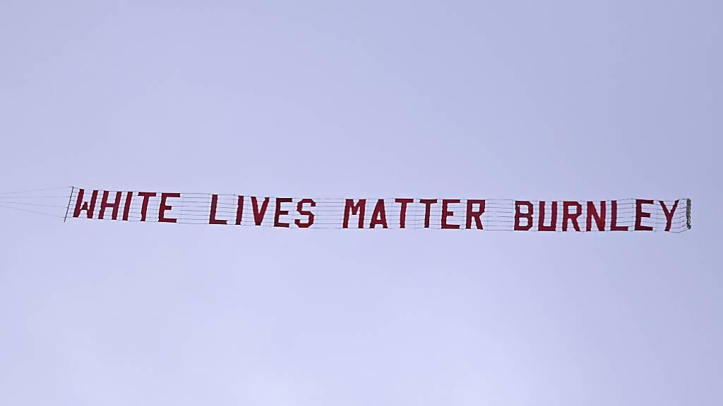 Flugzeug fliegt mit rassistischer Parole über Stadion